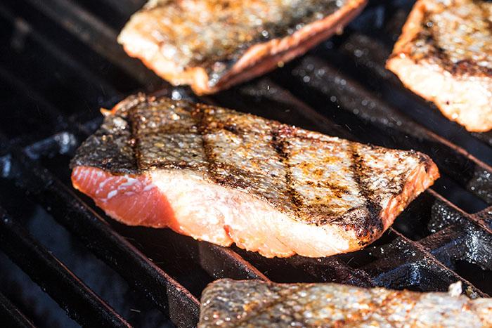 salmón a la parrilla con la piel hacia arriba